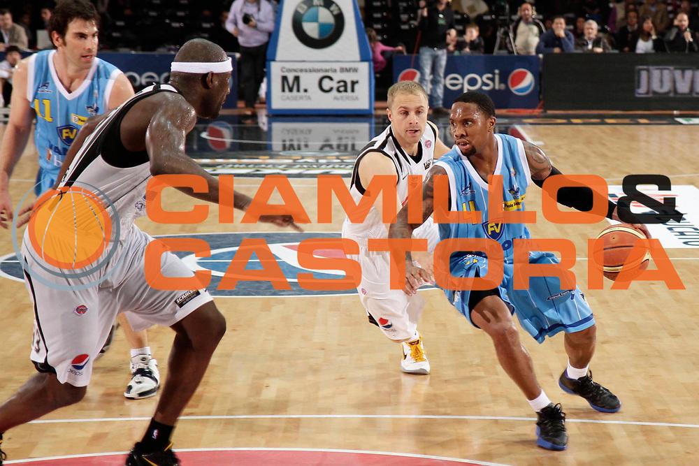 DESCRIZIONE : Caserta Lega A 2010-11 Pepsi Caserta Vanoli Braga Cremona<br /> GIOCATORE : Earl Jerrod Rowland<br /> SQUADRA : Vanoli Braga Cremona<br /> EVENTO : Campionato Lega A 2010-2011<br /> GARA : Pepsi Caserta Vanoli Braga Cremona<br /> DATA : 27/03/2011<br /> CATEGORIA : palleggio<br /> SPORT : Pallacanestro<br /> AUTORE : Agenzia Ciamillo-Castoria/A.De Lise<br /> Galleria : Lega Basket A 2010-2011<br /> Fotonotizia : Caserta Lega A 2010-11 Pepsi Caserta Vanoli Braga Cremona<br /> Predefinita :
