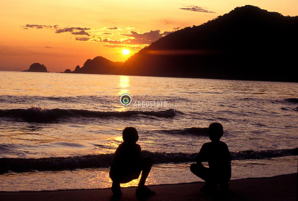 Trindade, RJ, Brasil.  24.06.04.Por do Sol na Praia do Sono./ Sunset at Sleepy Beach..Foto © Gilberto Marques/Argosfoto