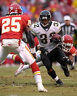 Jacksonville Jaguars running back Maurice Jones-Drew rushes against pressure from Kansas City defenders Bernard Pollard (49) and Greg Wesley (25) in the first half at Arrowhead Stadium in Kansas City, Missouri, December 31, 2006.  The Chiefs beat the Jaguars 35-30.<br />