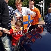 NLD/Huizen/20050601 - Koninging Beatrix verricht de officiële opening nieuwe schoolgebouw Visio Huizen, blinde kinderen mogen aan de vlag van de koninging voelen
