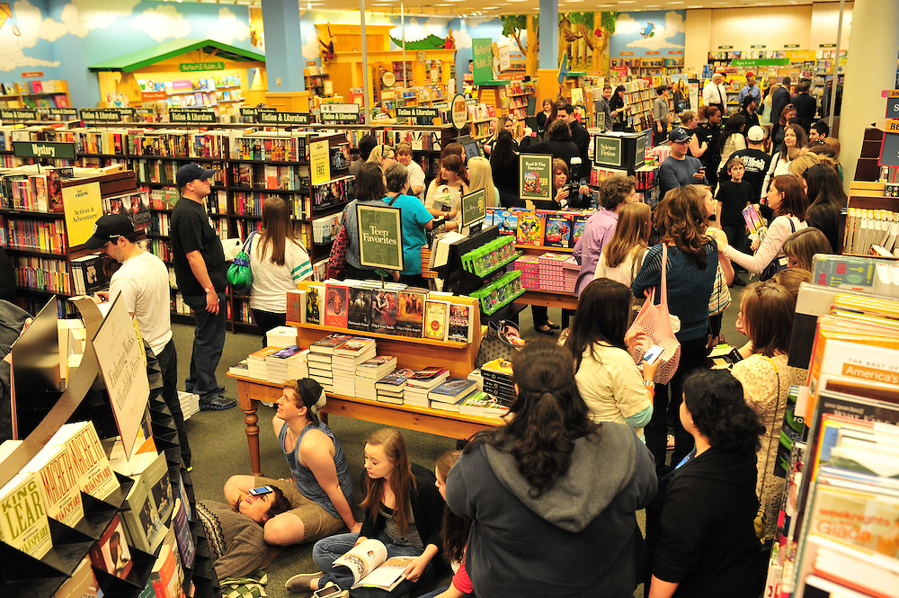 "Fans wait for author Stephenie Meyer and cast members of ""The Host"" to arrive at the Barnes & Noble on Northwest Highway in Dallas on Tuesday, March 12, 2013. (Cooper Neill/The Dallas Morning News)"