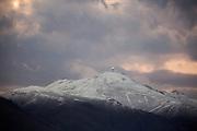 Sneeuw bij de top van Mount Lewis. De VeloX V kwalificeert zich voor de race. Het Human Power Team Delft en Amsterdam (HPT), dat bestaat uit studenten van de TU Delft en de VU Amsterdam, is in Amerika om te proberen het record snelfietsen te verbreken. Momenteel zijn zij recordhouder, in 2013 reed Sebastiaan Bowier 133,78 km/h in de VeloX3. In Battle Mountain (Nevada) wordt ieder jaar de World Human Powered Speed Challenge gehouden. Tijdens deze wedstrijd wordt geprobeerd zo hard mogelijk te fietsen op pure menskracht. Ze halen snelheden tot 133 km/h. De deelnemers bestaan zowel uit teams van universiteiten als uit hobbyisten. Met de gestroomlijnde fietsen willen ze laten zien wat mogelijk is met menskracht. De speciale ligfietsen kunnen gezien worden als de Formule 1 van het fietsen. De kennis die wordt opgedaan wordt ook gebruikt om duurzaam vervoer verder te ontwikkelen.<br /> <br /> The VeloX V qualifies for the race. The Human Power Team Delft and Amsterdam, a team by students of the TU Delft and the VU Amsterdam, is in America to set a new  world record speed cycling. I 2013 the team broke the record, Sebastiaan Bowier rode 133,78 km/h (83,13 mph) with the VeloX3. In Battle Mountain (Nevada) each year the World Human Powered Speed ??Challenge is held. During this race they try to ride on pure manpower as hard as possible. Speeds up to 133 km/h are reached. The participants consist of both teams from universities and from hobbyists. With the sleek bikes they want to show what is possible with human power. The special recumbent bicycles can be seen as the Formula 1 of the bicycle. The knowledge gained is also used to develop sustainable transport.