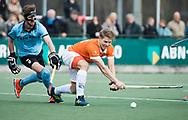 WASSENAAR - Hoofdklasse hockey heren, HGC-Bloemendaal (0-5)  . Jasper Brinkman (Bldaal) met Steijn van Heijningen (HGC)    COPYRIGHT KOEN SUYK