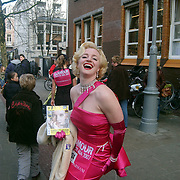 NLD/Amsterdam/20070308 - Stilettorun 2007 Amsterdam, meisje op stiletto hakken verkleed als Marylin Monroe