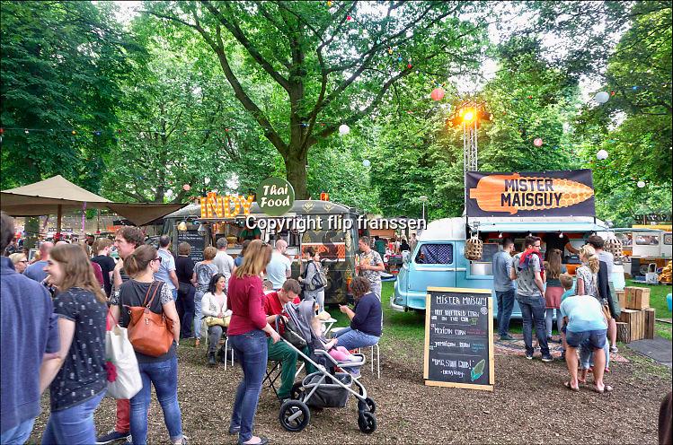 Nederland, Nijmegen, 11-6-2016Smaakmarkt Trek in het hunnerpark. Grote toeloop van publiek voor de vele foodtrucks waar eten en drinken verkrijgbaar is.Foto: Flip Franssen