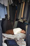 Roon...Ron...RRROOOOON!  Zzzzzzzzzzz!.Une marchande de ve?tements dormant sur son e?tal dans un marche? de La Paz en Bolivie....