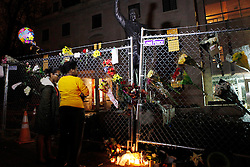05.12.2013, Johannesburg, ZAF, Nelson Mandela, der Gigant des Humanismus ist im Alter von 95 Jahren in seinem Haus an den Folgen einer Lungenentzuendung gestorben, im Bild People mourn for the death of former South African President Nelson Mandela outside the South African embassy, Washington, the United States of America, following Nelson Mandela's death // Nelson Mandela a giant of humanism died in his house in Johannesburg, South Africa on 2013/12/05. EXPA Pictures © 2013, PhotoCredit: EXPA/ Photoshot/ Fang Zhe<br /> <br /> *****ATTENTION - for AUT, SLO, CRO, SRB, BIH, MAZ only*****