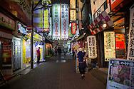 """Gatuvy i stadsdelen Kabukicho som är känt för """"love hotels"""", hostess och host clubs. Tokyo, Japan"""