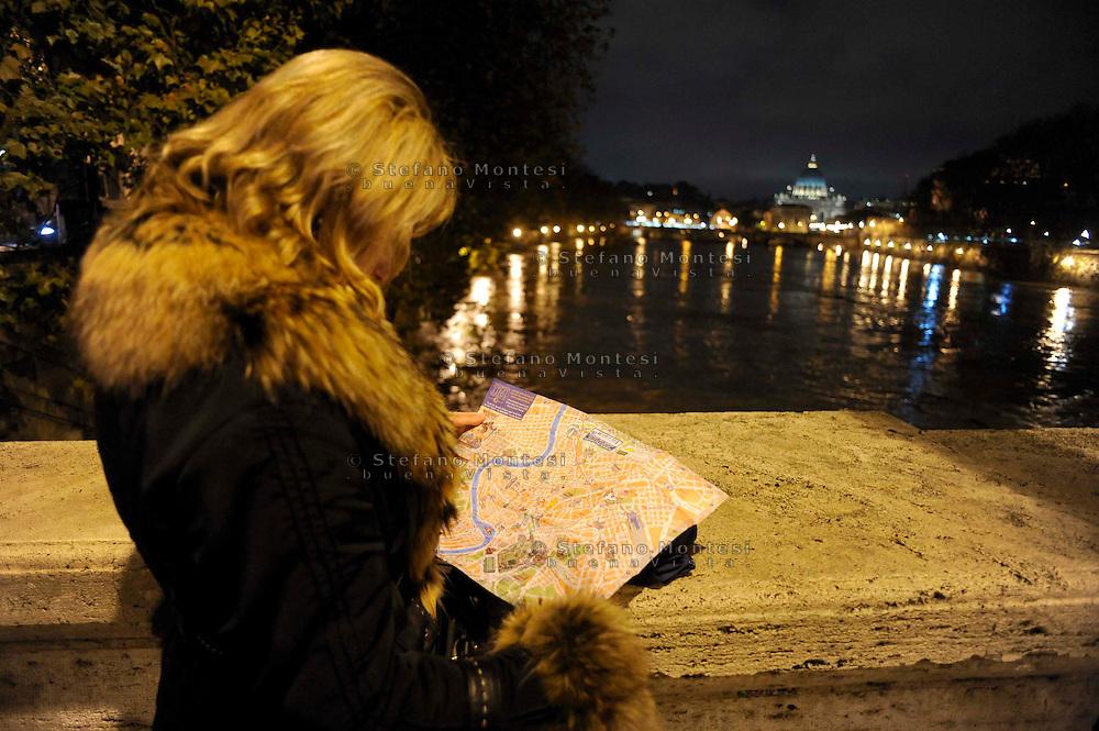 Roma 12 Dicembre 2008.Il fiume Tevere in piena per le piogge, turista con la cartina di Roma  a Ponte Cavour.Rome 8 December 2008.The river Tiber in flood  for the rains.