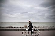 Een jongetje fietst langs het Markermeer bij de Amsterdamse wijk IJburg.<br /> <br /> A boy is cycling near the Markermeer in the new Amsterdam neighborhood IJburg.