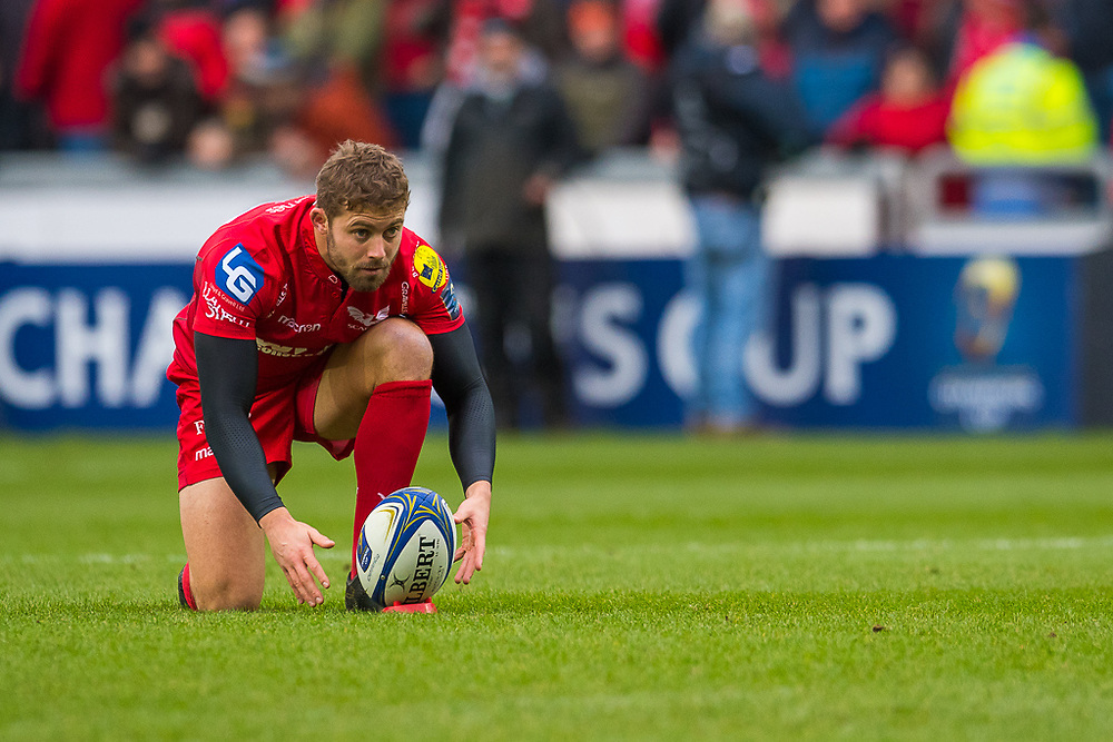 Scarlets' Leigh Halfpenny prepares for a kick at goal<br /> <br /> Photographer Simon King/Replay Images<br /> <br /> EPCR Champions Cup Round 3 - Scarlets v Benetton Rugby - Saturday 9th December 2017 - Parc y Scarlets - Llanelli<br /> <br /> World Copyright © 2017 Replay Images. All rights reserved. info@replayimages.co.uk - www.replayimages.co.uk
