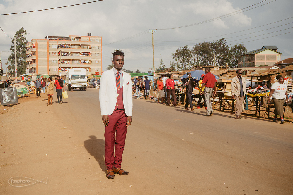 Kenia 2017: Nairobi, Kabiria Road. Studio di registrazione, Faruk, Rapper, in posa per la realizzazione di un video musicale.
