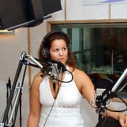Ochtend radioshow Gordon bij Radio Noordzee, mengtafel, met Kimberly Berk
