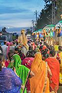 Wedding procession: friends the family join the groom as he goes to the bride´s house, Udaipur, Rajhastan, India / Procesión nupcial: amigos y familia acompañan al novio mientras va a la casa de la novia, Udaipur, Rajastán, India