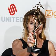 NLD/Amsterdam/20160307 - TV Beelden 2016, Presentatrice Anne-Mar Zwart met de prijs voor beste jeugdprogramma (Anti Pest Club)