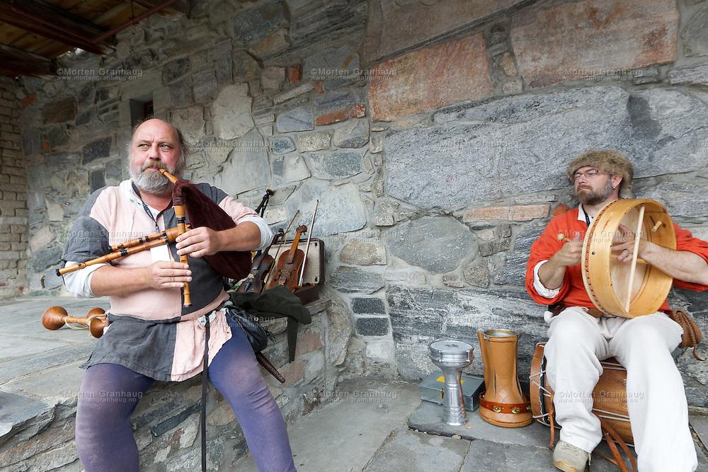 Fra historisk marked, Olavsfestdagene 2011...Galtagaldr spiller sekkepipe, trommer og synger. De har vært tilstede på markedet i mange år.