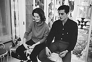 959. Lecture d'un jeu de cartes sur le plancher<br /> &agrave; l'int&eacute;rieur de la maison de la m&egrave;re de Romy .<br /> Romy Schneider &eacute;tait beaucoup mieux &agrave; ce jeu que Alain Delon .