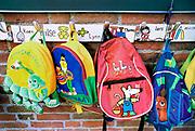 Nederland, Nijmegen, 25-4-2017Kinderrugzakjes hangen met de kindernamen erboven aan de kapstok in een school. Kleuters, peuters, onderwijs, mode. Kinderopvang.Foto: Flip Franssen