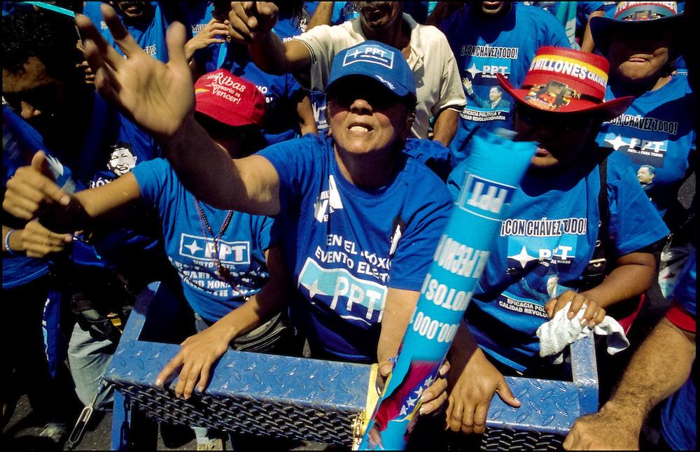 CLOSING OF CAMPAIGN OF HUGO CHAVEZ - VENEZUELA 2006 / CIERRE DE CAMPA&Ntilde;A POLITICA DE HUGO CHAVEZ<br /> Photography by Aaron Sosa<br /> Caracas - Venezuela 2006<br /> (Copyright &copy; Aaron Sosa)