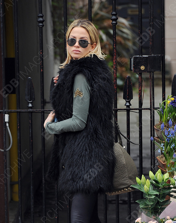 16.MARCH.2012. LONDON<br /> <br /> SARAH HARDING LEAVING HER HOME IN PRIMROSE HILL, LONDON<br /> <br /> BYLINE: EDBIMAGEARCHIVE.COM<br /> <br /> *THIS IMAGE IS STRICTLY FOR UK NEWSPAPERS AND MAGAZINES ONLY*<br /> *FOR WORLD WIDE SALES AND WEB USE PLEASE CONTACT EDBIMAGEARCHIVE - 0208 954 5968*