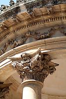 Capitello di struttura ampiamente decorata all'interno dei giardini pubblici della città di Lecce