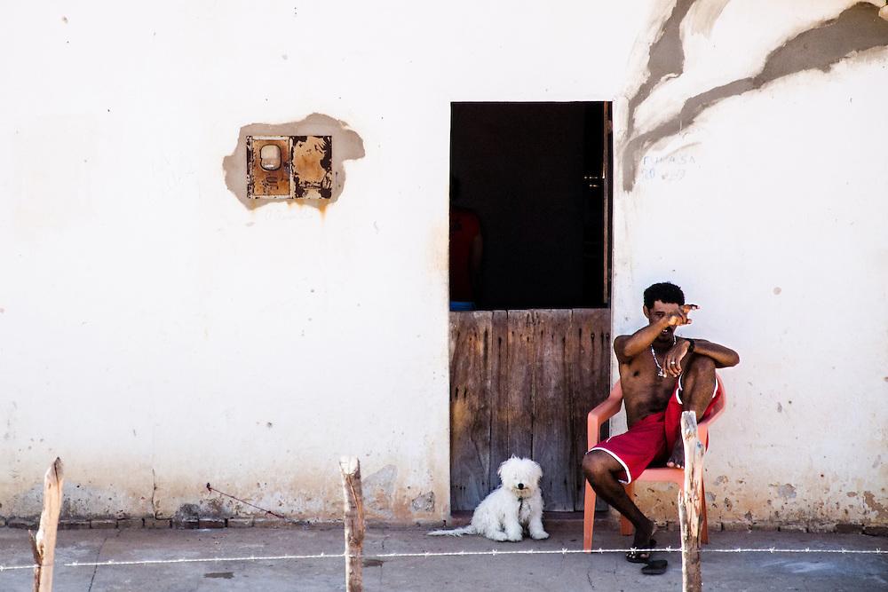 Moradores da área rural de Assu assistem a passagem da comitiva do candidato a prefeito Ivan Lopes Junior, que governa o município desde 2009. O prefeito acabou se reelegendo na eleição do dia 7 de outubro.