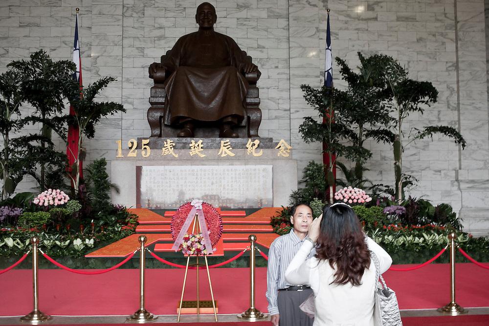 Un touriste chinois pose pour la photo souvenir devant la statue de Chang Kai Shek pour le 125ème anniversaire de sa naissance.