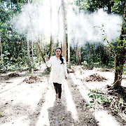 Putany Yawanawa, première femmes chaman au Brésil marchant sur la terre sacrée des anciens