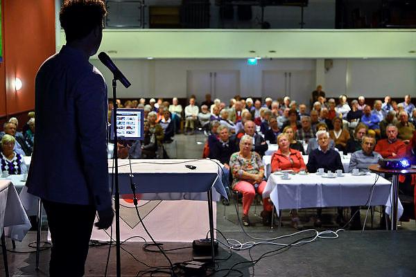 Nederland, Druten, 14-4-2014Een medewerker van sensire legt aan een zaal vol ouderen uit hoe een ipad werkt en hoe de zorg op afstand er gebruik van maakt.Foto: Flip Franssen