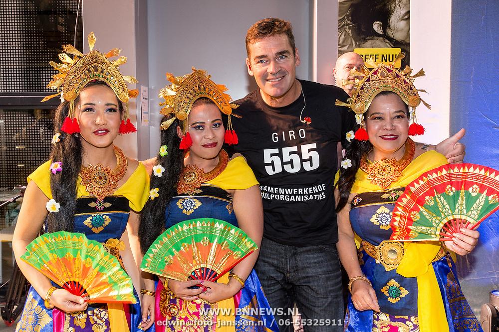 NLD/Hilversum/20181010 -  555 actiedag voor Sulawesi, Jeroen van der Boom met dames in klederdracht