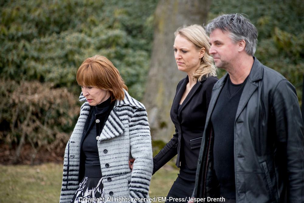 Uitvaart Mies Bouwman in een crematorium in Leusden.<br /> <br /> Op de foto:  Liesbeth List en dochter Elisah Jacobs en partner
