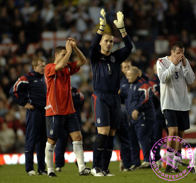 MANCHESER 12 OCTOBER 2005..OLD TRAFFORD STADIUM..WORLD CUP QUALIFAING MATCH ENGLAND v POLAND..PAUL ROBINSON WITH TEAM MATES CELEBRATES VICTORY AGAINST POLAND/ ENGLAND/  ..FOT. PIOTR HAWALEJ/WROFOTO