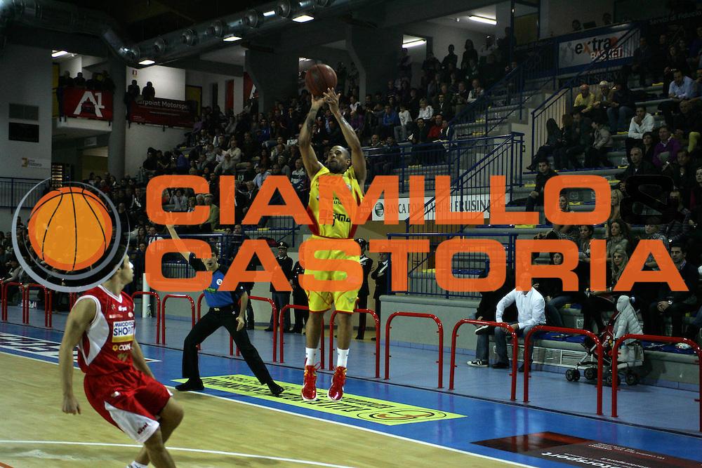 DESCRIZIONE : Frosinone Campionato LegaDue Basket 2010-11 Prima Veroli MarcoPoloShop.it Forl&igrave; <br /> GIOCATORE : Jarrius Jackson<br /> SQUADRA : Prima Veroli<br /> EVENTO : Campionato LegaDue Basket  2010-2011<br /> GARA : Prima Veroli - MarcoPoloShop.it Forl&igrave;<br /> DATA : 07/11/2010<br /> CATEGORIA : Tiro<br /> SPORT : Pallacanestro <br /> AUTORE : Agenzia Ciamillo-Castoria/A.Ciucci<br /> Fotonotizia : Frosinone Campionato LegaDue Basket 2010-11 Prima Veroli MarcoPoloShop.it Forl&igrave;i<br /> Predefinita :