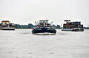 Nederland, Waal, 7-6-2014 Verkeer van binnenvaartschepen op de waal, rijn, richting het duitse ruhrgebied. Een containerschip. Foto: Flip Franssen/Hollandse Hoogte