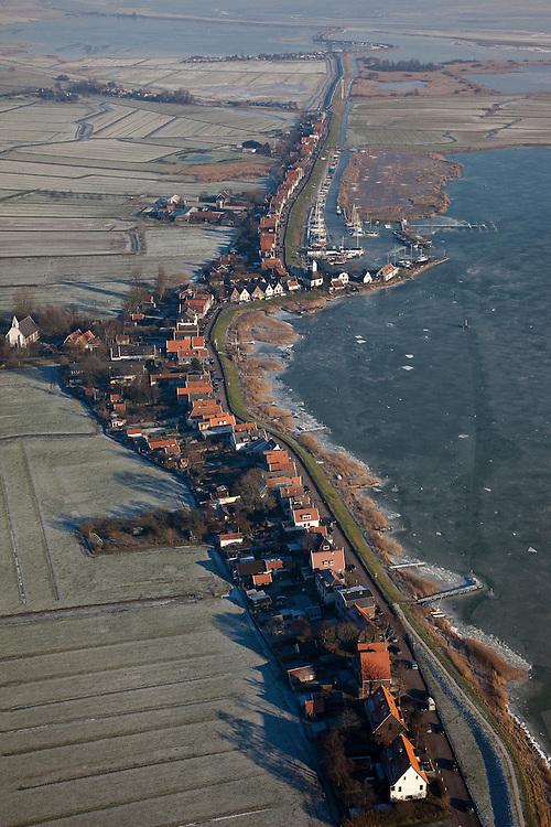 Nederland, Noord-Holland, Durgerdam, 10-01-2009; Durgerdammerdijk met Buiten-IJ, het IJsselmeer is bevroren, er lopen mensen op het ijs; Durgerdammerdijk (north of Amsterdam-Noord), the (former) inner see is frozen, people are walking on the ice .dijkhuizen, dijkhuis, houten huizen, houten huis, ijs, natuurijs, winter, koud, vriezen, min nul, beneden nul, koud, celsius, dike house, dike houses, wooden house, wooden houses, ice, snow, cold, freezing, minus zero, below zero, cold, winterlandschap, winter landscape.  .luchtfoto (toeslag); aerial photo (additional fee required); .foto Siebe Swart / photo Siebe Swart
