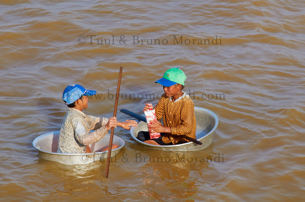 Asie du Sud-Est, Cambodge, lac de Tonlé Sap, site classé Réserve de la Biosphère par l'UNESCO en 1997, village flottant de pêcheurs vietnamiens, deplacement d'une maison flottante // South East Asia, Cambodia, Lake Tonle Sap, Biosphere reserve of UNESCO in 1997, floating vietnamien village