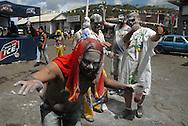 Carnaval de El Callao en Venezuela. Simultaneamente con la fiesta tradicional, las calles de El Callao se convierten cada año en una gran fiesta de carnaval, en el que el frenesí se estimula  con grandes cantidades  de alcohol. El Carnaval, celebrado entre los meses de febrero y marzo, tiene en El Callao una de sus manifestaciones más alegres y coloridas, gracias a la riqueza cultural de su mestizaje. El Callao, 2007 (Ramon Lepage / Orinoquiaphoto)  El Callao Carnival in Venezuela. Simultaneously with the traditional celebration, the streets of the Callao become every year a great celebration of carnival, in which the frenzy is stimulated with great amounts of alcohol. Carnival, celebrated between February and March, have in El Callao one of its colorful and happiest expressions, thanks to their cultural mixture. El Callao, 2007 (Ramon Lepage / Orinoquiaphoto)..