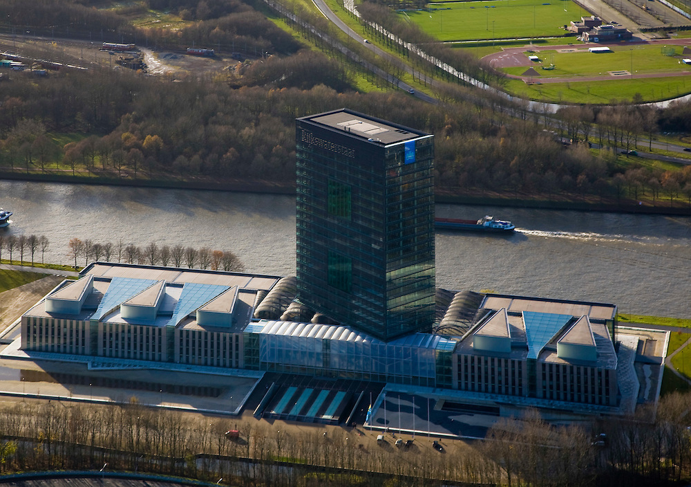 Nederland, Utrecht, Utrecht, 25-11-2008; Westraven, het gerenoveerde hoofdkantoor van Rijkswaterstaat, gelegen aan het Amsterdam-Rijnkanaal, naar ontwerp van architectenbureau Cepezedin het kantoorgebouw zijn gevestigd de Bouwdienst (ingenieursbureau), de Regionale Dienst Utrecht (Dienstkring) en het LEF future center (studiecentrum, informatiecentrum)Westraven, the renovated headquarters of Rijkswaterstaat, located on the Amsterdam-Rhine Canal, architectural design of CEPEZED.the office building are located the Building Service (Engineering Deaprtment), the Regional Service Utrecht and the LEF future center (study center, information center).kantoortoren, kantorencomplex, office tower, office complex. ;. .luchtfoto (toeslag)aerial photo (additional fee required).foto Siebe Swart / photo Siebe Swart