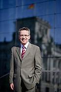 Deutschland, DEU,Berlin,25.08.09. Portrait von Thomas de Maiziere, im Hintergrund die Spiegelung des Reichstag / Bundestag