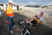 Rik Houwers warmt zich op voor de eerste recordpoging. Hij zal 129,45 km/h rijden en is daarmee de derde snelste man ter wereld. Het Human Power Team Delft en Amsterdam (HPT), dat bestaat uit studenten van de TU Delft en de VU Amsterdam, is in Amerika om te proberen het record snelfietsen te verbreken. Momenteel zijn zij recordhouder, in 2013 reed Sebastiaan Bowier 133,78 km/h in de VeloX3. In Battle Mountain (Nevada) wordt ieder jaar de World Human Powered Speed Challenge gehouden. Tijdens deze wedstrijd wordt geprobeerd zo hard mogelijk te fietsen op pure menskracht. Ze halen snelheden tot 133 km/h. De deelnemers bestaan zowel uit teams van universiteiten als uit hobbyisten. Met de gestroomlijnde fietsen willen ze laten zien wat mogelijk is met menskracht. De speciale ligfietsen kunnen gezien worden als de Formule 1 van het fietsen. De kennis die wordt opgedaan wordt ook gebruikt om duurzaam vervoer verder te ontwikkelen.<br /> <br /> Rik Houwers is warming up for his first record attempt. He will cycle 80,44 mph and is the third fastest man in the world. The Human Power Team Delft and Amsterdam, a team by students of the TU Delft and the VU Amsterdam, is in America to set a new  world record speed cycling. I 2013 the team broke the record, Sebastiaan Bowier rode 133,78 km/h (83,13 mph) with the VeloX3. In Battle Mountain (Nevada) each year the World Human Powered Speed Challenge is held. During this race they try to ride on pure manpower as hard as possible. Speeds up to 133 km/h are reached. The participants consist of both teams from universities and from hobbyists. With the sleek bikes they want to show what is possible with human power. The special recumbent bicycles can be seen as the Formula 1 of the bicycle. The knowledge gained is also used to develop sustainable transport.