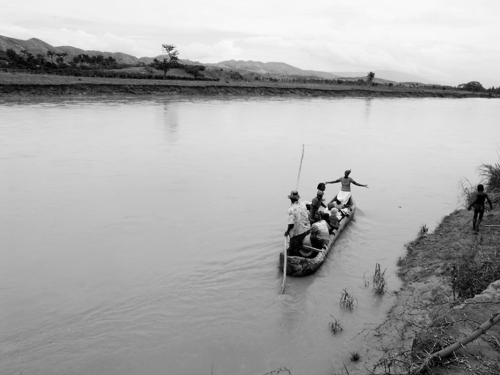 A canoe river crossing on the Artibonite river. Central Plateau, Haiti. 9/10/2009. Photo by Ben Depp