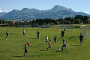 Quand toute la famille et les amis s'y mettent: petit tournoi de foot en famille sur fond de Moléson; Familienspass auf dem Fussballfeld vor prächtiger Kulisse, Sommer 2009.