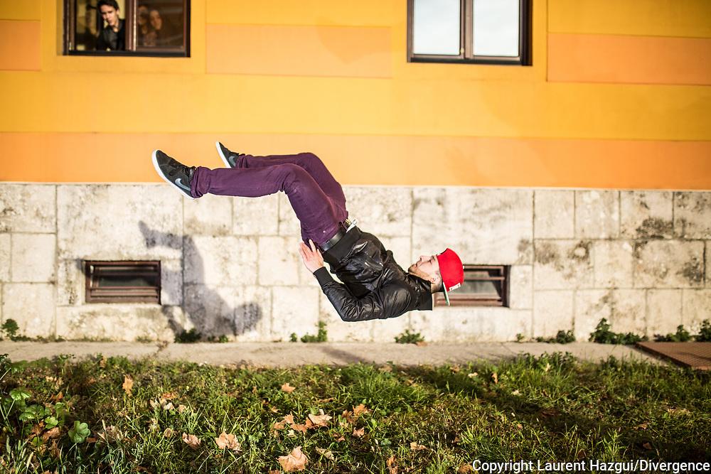 """Novembre 2015. Mostar (Bosnie-Herzégovine). 20ème anniversaire des accords de Dayton (USA) qui ont mis fin à la guerre. Reportage : """"Avoir 20 ans à Mostar"""". Le groupe de break-dance B-Dance regroupe des jeunes croates et bosniaques de 15 à 28 ans. Le groupe participe à des compétitions de danse en Bosnie et à l'étranger. « Il y a un lien pour nous entre la pratique du hip-hop et le passé récent de Mostar, au regard des histoires difficiles que nous avons vécu et du réalisme que véhicule cette culture » raconte Toni « Baya » Cvitanovic, 17 ans. Cette culture s'est emparée du pays pendant la guerre et l'on trouve sa trace sur les murs de la vile, dans la façon de s'habiller, à la radio..."""