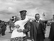 17/08/1960<br /> 08/17/1960<br /> 17 August 1960<br /> Airlift of the 33rd Battalion to the Congo. Private Jimmy Forde, clutched by his weeping mother Mrs John Coady, 3 Sorento Villas, Old Blackrock Road, Cork.