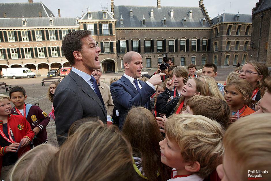 20121001 Den Haag - Premier Mark Rutte en Diederik Samsom komen aan op het binnenhof en worden begroet door leerlingen van de Willem de Zwijgerschool uit Den Haag. Foto: Phil Nijhuis