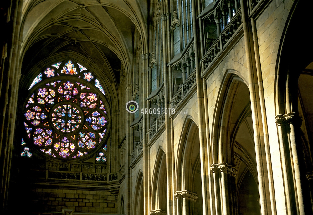 Praga, Republica Tcheca. 04/1995.Catedral de Sao Vito, em 1344 o arquiteto frances Mathieu de Arras criou a planta do templo gotico,  sucedido, por Peter Parl. Os vitrais sao de Alfons Mucha. / Saint Vitus Cathedral ,in 1344 the French architect Mathieu de Arras created the plant of the gothic temple, being occurred, after its death, for the Peter Parler..Foto © Adri Felden/Argosfoto