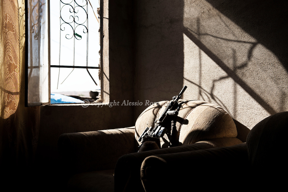 Iraq, Gogjali: An assault rifle inside a house used as base by the Iraqi special forces in Gogjali on the eastern limit of Mosul. Alessio Romenzi
