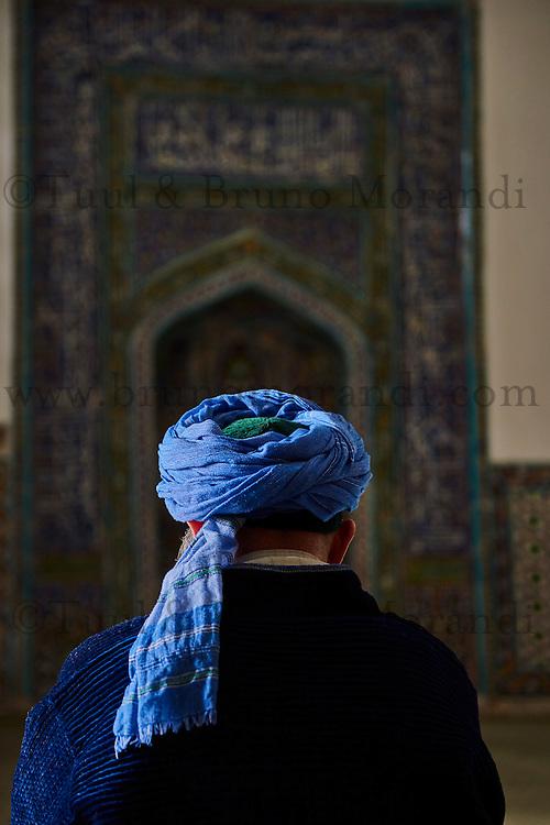 Ouzbékistan, Samarcande, classé Patrimoine Mondial de l'UNESCO, mausolée de Shah i Zinda, homme priant // Uzbekistan, Samarkand, Unesco World Heritage, the Reghistan, Shah i Zinda mausoleum, prayer