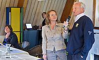 VLAARDINGEN - Opganisator Liz Wijma met Bob Davidson. links Elsemieke Havenga. COPYRIGHT KOEN SUYK