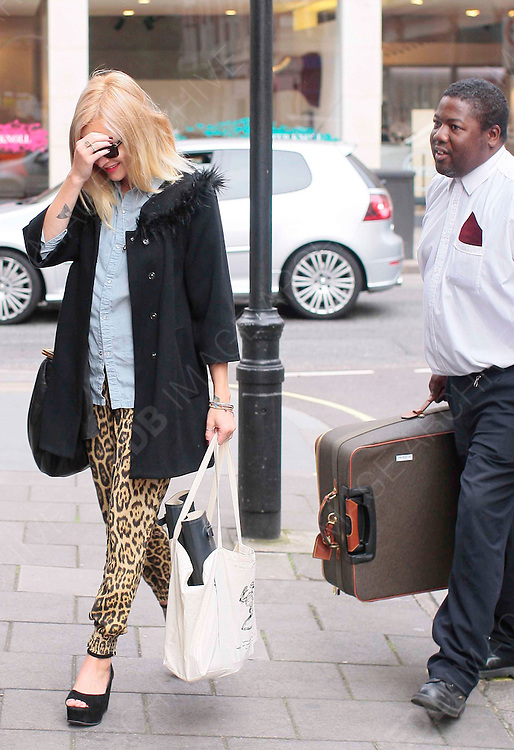 24.AUGUST.2012. LONDON<br /> <br /> FEARNE COTTON ARRIVING AT RADIO 1 STUDIOS WITH A SECURITY GUARD CARRYING HER SUITCASE, WHICH SHE GOT EMBARASSED BY.<br /> <br /> BYLINE: EDBIMAGEARCHIVE.CO.UK<br /> <br /> *THIS IMAGE IS STRICTLY FOR FRANCE AND GERMANY ONLY*<br /> * FOR OTHER REGIONS PLEASE CONTACT EDBIMAGEARCHIVE - 0208 954-5968*